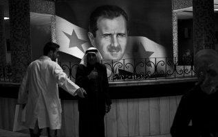 Imagen del presidente sirio Bashar Asad, quien ha reconocido la muerte en prisión de miles de personas en un conflicto que ha cobrado más de 400 mil vidas.
